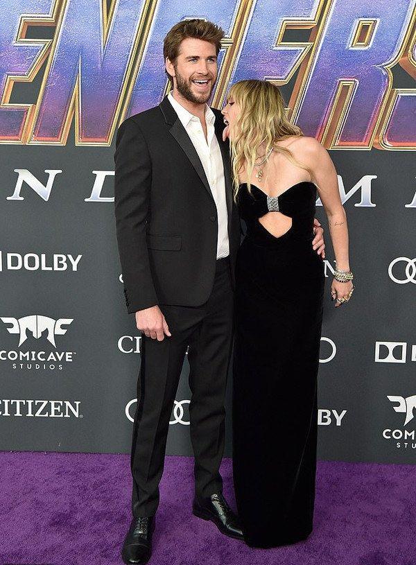 Kinh hoàng với sở thích quái dị của Miley Cyrus: Thè lưỡi liếm mặt, liếm áo chồng mọi lúc mọi nơi-3