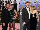 Kinh hoàng với sở thích quái dị của Miley Cyrus: Thè lưỡi liếm mặt, liếm áo chồng mọi lúc mọi nơi