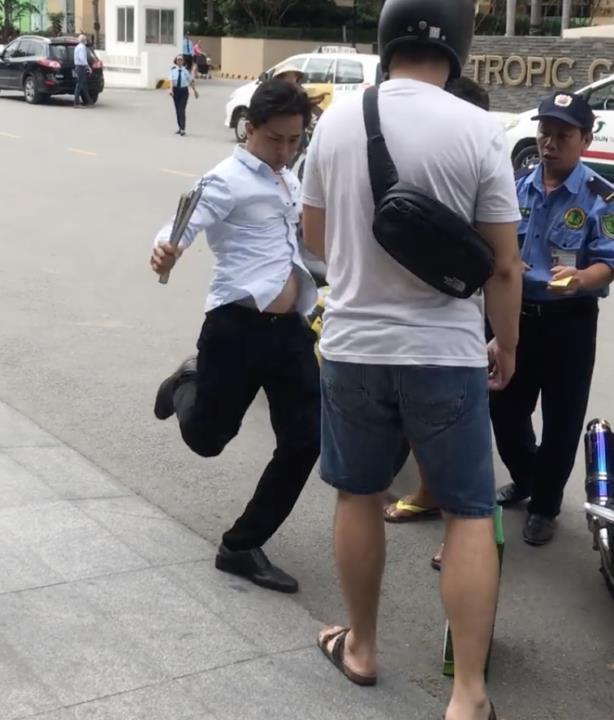 Dân mạng bức xúc trước clip tài xế taxi cầm côn nhị khúc quất lia lịa vào khách Nhật Bản-1