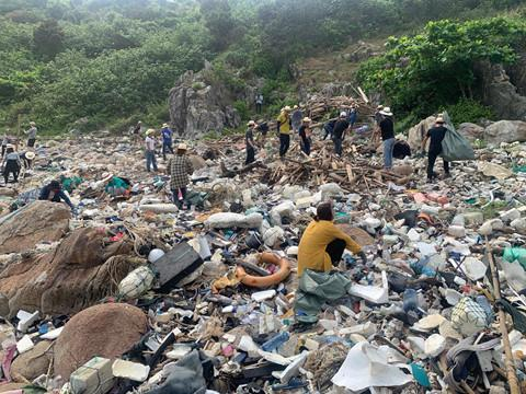 Bãi Đá Đen ở Đà Nẵng được trả lại vẻ đẹp sau 10 ngày dọn rác-3