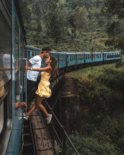 Khoe ảnh hôn nhau mạo hiểm khi tàu đang chạy, cặp du khách bị ném đá-3