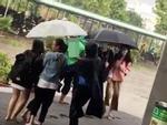 Bác bảo vệ ướt sũng vẫn đẩy xe qua chỗ ngập cho sinh viên-2