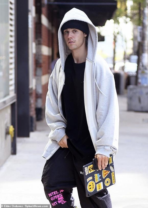 Justin Bieber thản nhiên sờ chỗ hiểm giữa chốn công cộng-3