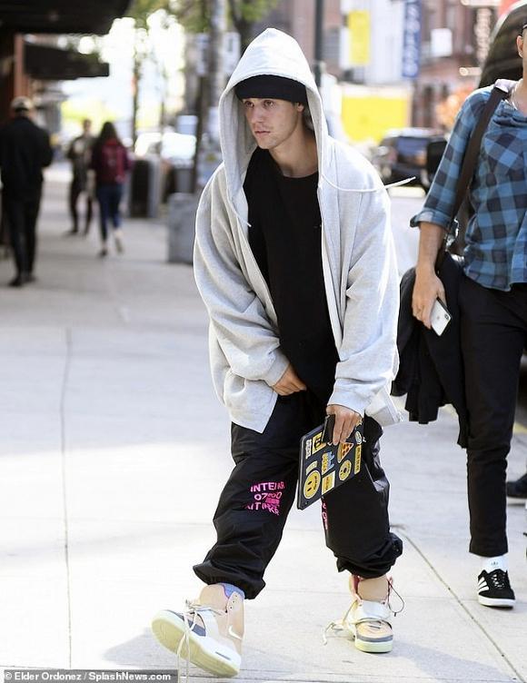 Justin Bieber thản nhiên sờ chỗ hiểm giữa chốn công cộng-4