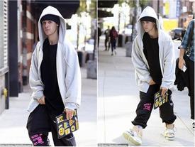 Justin Bieber thản nhiên sờ 'chỗ hiểm' giữa chốn công cộng
