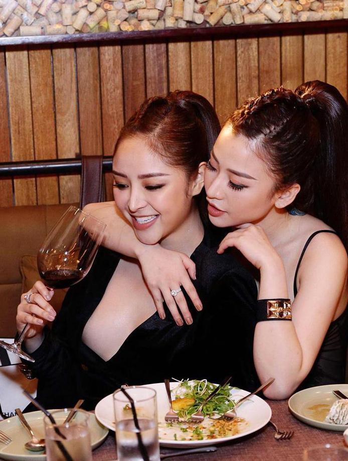 Trước khi chụp ảnh cưới phơi ngực trần, cặp đồng tính nữ đình đám giới trẻ Việt nổi tiếng đã đẹp lại còn bốc lửa-14