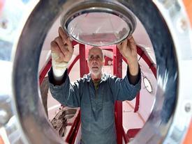 Người đàn ông 71 tuổi vượt Đại Tây Dương trong chiếc thùng khổng lồ