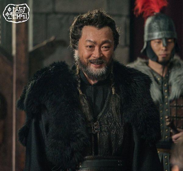Teaser Arthdal Chronicles: Song Joong Ki cưỡi ngựa chiến đấu, Kim Ji Won khóc lóc thảm thiết, bị kéo lê trên đường-3