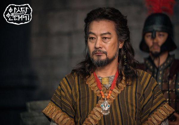Teaser Arthdal Chronicles: Song Joong Ki cưỡi ngựa chiến đấu, Kim Ji Won khóc lóc thảm thiết, bị kéo lê trên đường-2