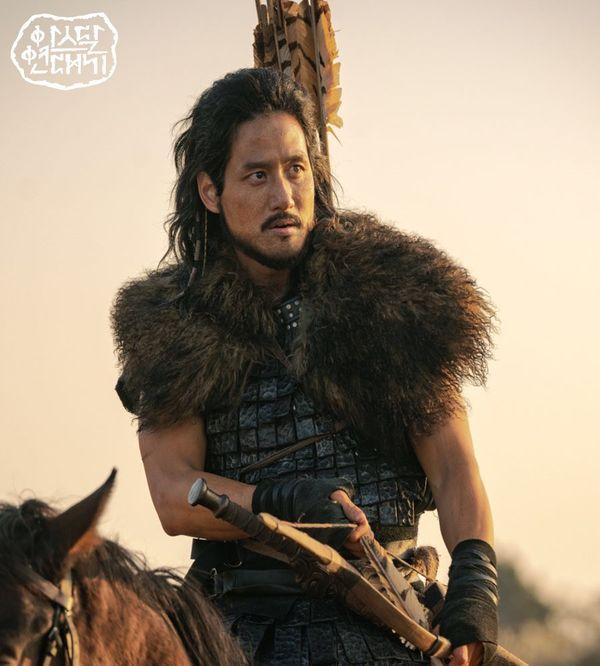 Teaser Arthdal Chronicles: Song Joong Ki cưỡi ngựa chiến đấu, Kim Ji Won khóc lóc thảm thiết, bị kéo lê trên đường-4