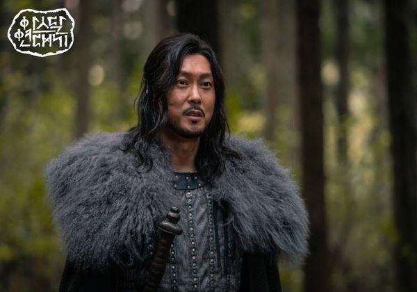 Teaser Arthdal Chronicles: Song Joong Ki cưỡi ngựa chiến đấu, Kim Ji Won khóc lóc thảm thiết, bị kéo lê trên đường-1