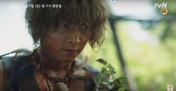 Teaser Arthdal Chronicles: Song Joong Ki cưỡi ngựa chiến đấu, Kim Ji Won khóc lóc thảm thiết, bị kéo lê trên đường-7