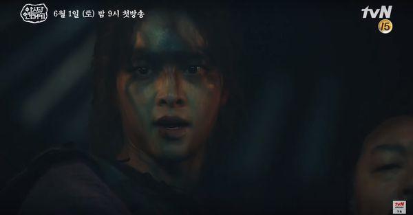 Teaser Arthdal Chronicles: Song Joong Ki cưỡi ngựa chiến đấu, Kim Ji Won khóc lóc thảm thiết, bị kéo lê trên đường-5