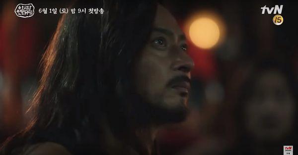 Teaser Arthdal Chronicles: Song Joong Ki cưỡi ngựa chiến đấu, Kim Ji Won khóc lóc thảm thiết, bị kéo lê trên đường-8