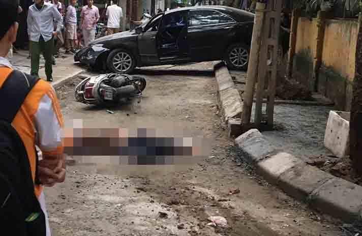 Clip: Hiện trường thảm khốc vụ nữ tài xế ô tô Camry lùi xe tông trúng xe máy, một người tử vong-2