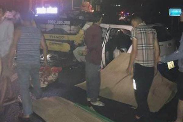 Quảng Ninh: Taxi đâm trực diện xe khách trong đêm, 3 người chết-1
