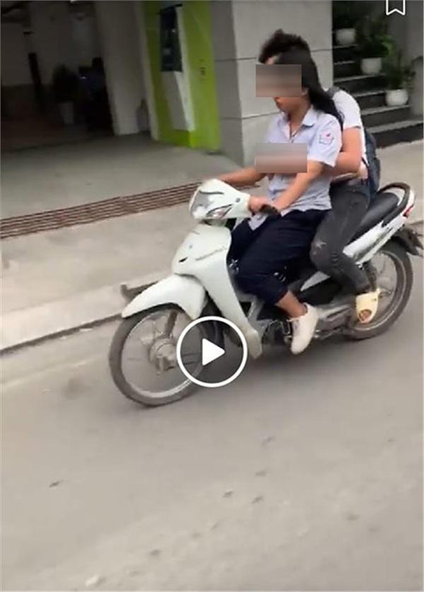 Không đội mũ bảo hiểm còn vô tư sờ soạng, hôn hít khi đi xe máy, cặp học sinh bị lên án khi yêu đương sai chỗ-1