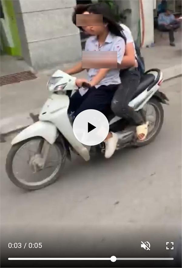 Không đội mũ bảo hiểm còn vô tư sờ soạng, hôn hít khi đi xe máy, cặp học sinh bị lên án khi yêu đương sai chỗ-3