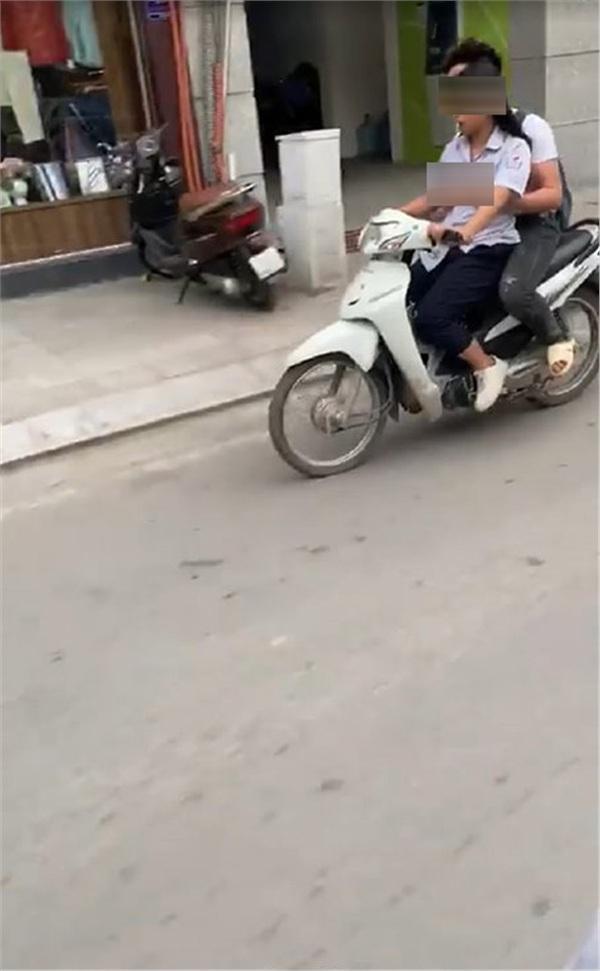 Không đội mũ bảo hiểm còn vô tư sờ soạng, hôn hít khi đi xe máy, cặp học sinh bị lên án khi yêu đương sai chỗ-2