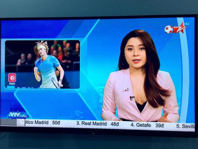 Sau sự cố gây tranh cãi trên sóng truyền hình, BTV Diệu Linh dùng sticker che kín vòng 1 khi post ảnh cùng đồng nghiệp nam-1