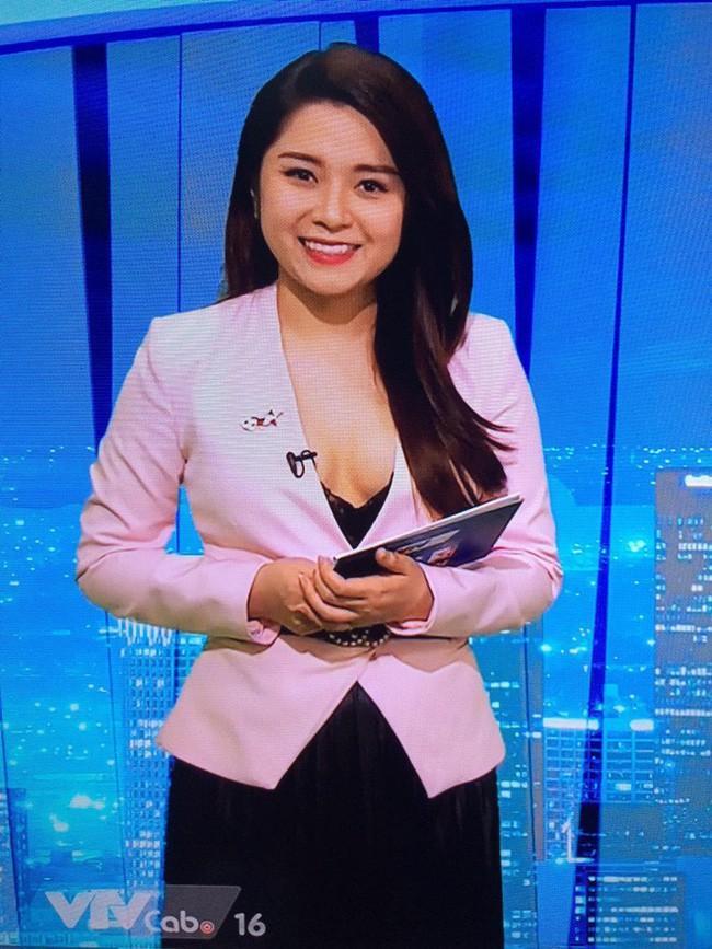 Sau sự cố gây tranh cãi trên sóng truyền hình, BTV Diệu Linh dùng sticker che kín vòng 1 khi post ảnh cùng đồng nghiệp nam-2