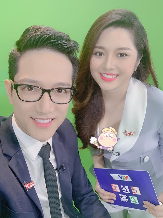 Sau sự cố gây tranh cãi trên sóng truyền hình, BTV Diệu Linh dùng sticker che kín vòng 1 khi post ảnh cùng đồng nghiệp nam-3