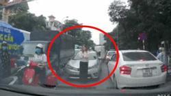 Clip: Người phụ nữ nước ngoài 'sôi máu' xuống xe, chặn đầu ô tô lấn làn ở ngã tư phố Hà Nội