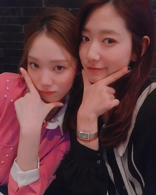 Lee Sung Kyung tiết lộ mối quan hệ thân thiết bất ngờ với Park Shin Hye-1