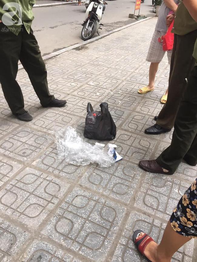 Túi rác bị ném từ tầng 36 chung cư HH Linh Đàm xuống sân, bé trai 4 tuổi thoát nạn trong gang tấc-1