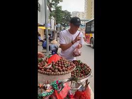 Chuyển nghề bán mận nhưng bán với giá 'cắt cổ', Bùi Tiến Dũng khiến Văn Hậu đến một quả cũng chả dám mua để ăn