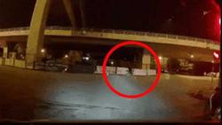 Clip: Cú đâm kinh hoàng của xe máy vào rào chắn công trình và cái kết... ngoài sức tưởng tượng!