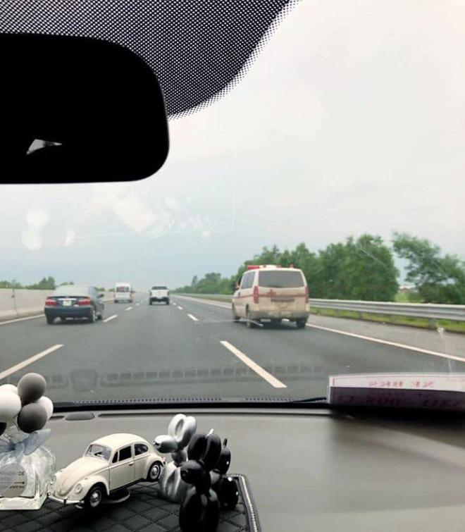 Clip: Hốt hoảng nhìn tài xế xe cứu thương vừa phóng xe trên cao tốc vừa gác chân lên cửa nghe điện thoại-2