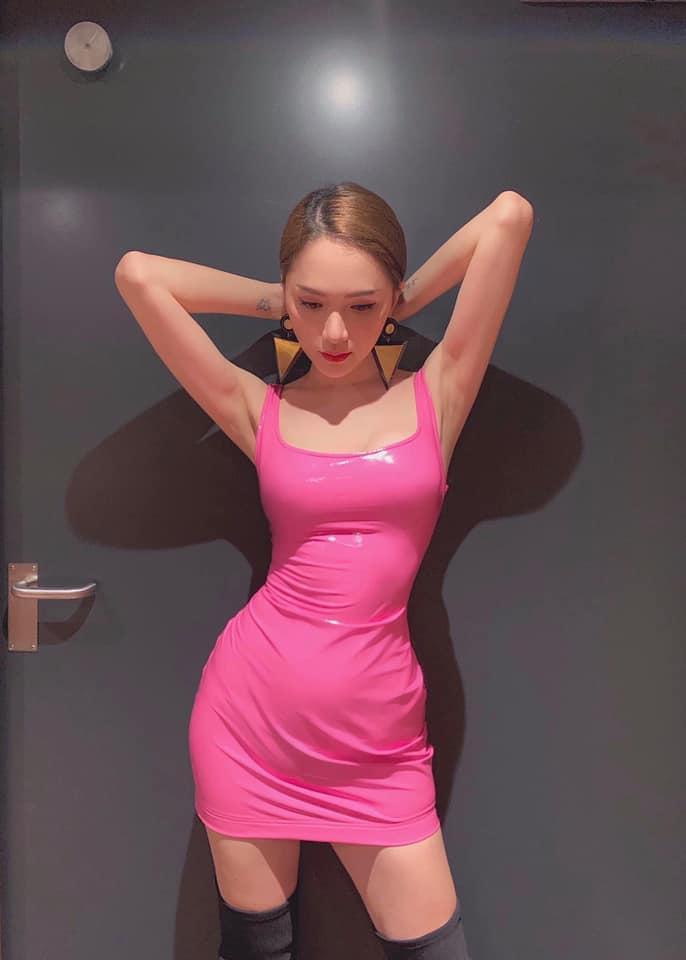 SAO MẶC XẤU: Hương Giang lộ bụng to tướng - Khổng Tú Quỳnh xuề xòa mặc váy ngủ dự sự kiện-2