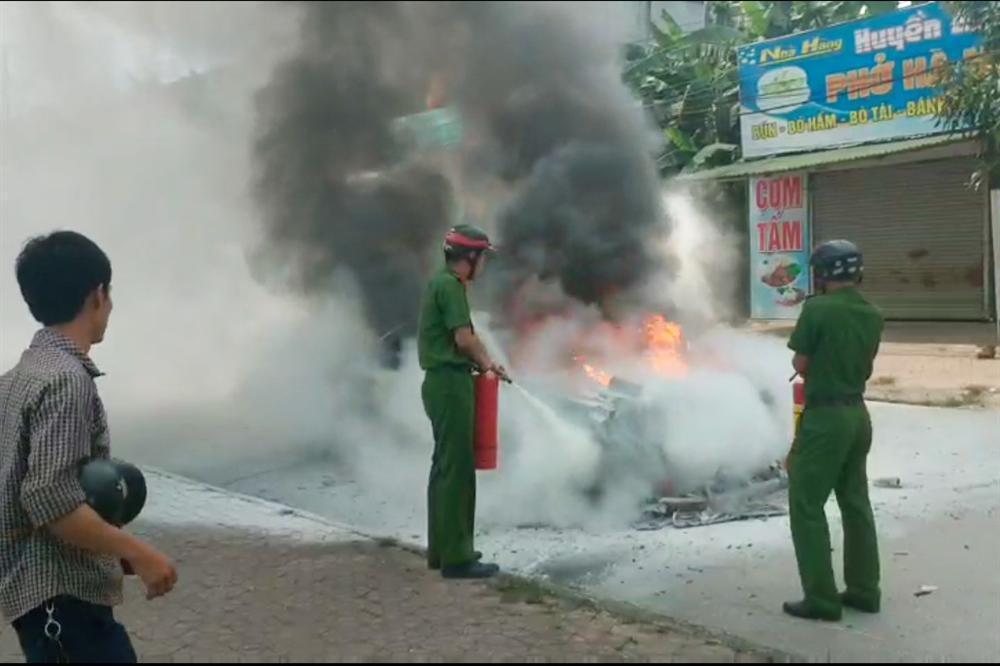 Xế hộp biển Hà Nội cháy trơ khung ở Nghệ An khi đi đám cưới-2