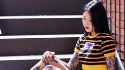 Cô gái Hàn Quốc bị chửi rủa, nhổ nước bọt giữa phố vì xăm kín người