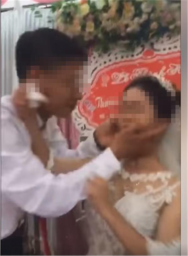 LỊCH SỬ LẶP LẠI: Dân tình đau đầu đoán nguyên nhân cô dâu mặt nặng mày nhẹ, phũ phàng đẩy chú rể khi bị hôn-1