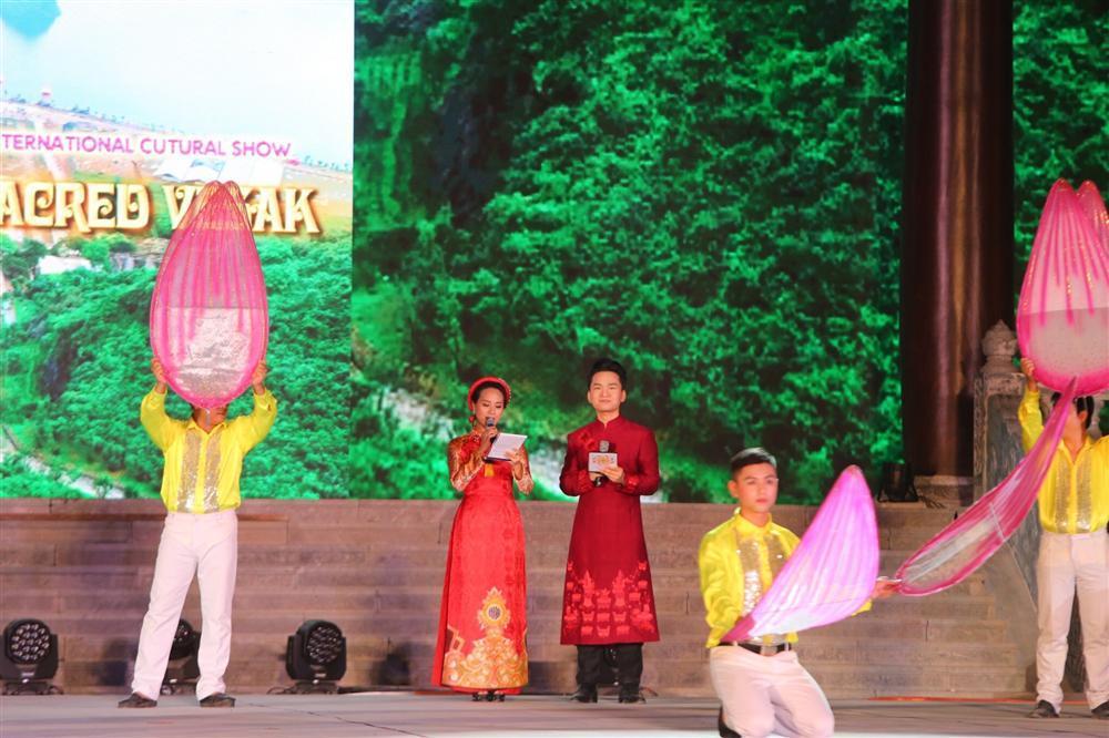 MC Hạnh Phúc cùng 100 nghệ sĩ quốc tế trình diễn trước hàng vạn khán giả-1
