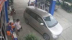 Clip: Đi xế hộp đắt tiền vào đổ xăng, người đàn ông tiện tay 'cầm hộ' can dầu rồi biến mất