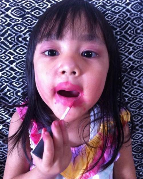 Bóc phốt em gái dùng hết cả hộp kem trộn để tắm trắng, cô chị khiến người xem hú hồn khi nhìn thành quả-8
