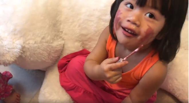 Bóc phốt em gái dùng hết cả hộp kem trộn để tắm trắng, cô chị khiến người xem hú hồn khi nhìn thành quả-6