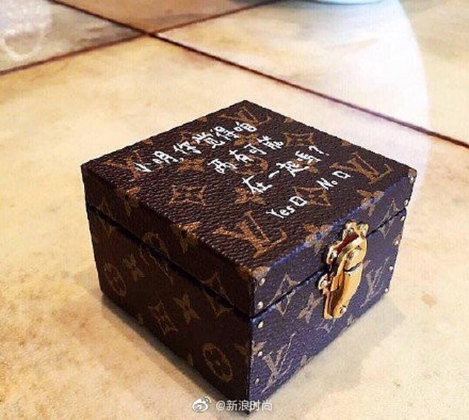 Con trai ông trùm sòng bạc Macau cầu hôn bạn gái hơn 6 tuổi, nhẫn kim cương cỡ khủng gây choáng váng người nhìn-4