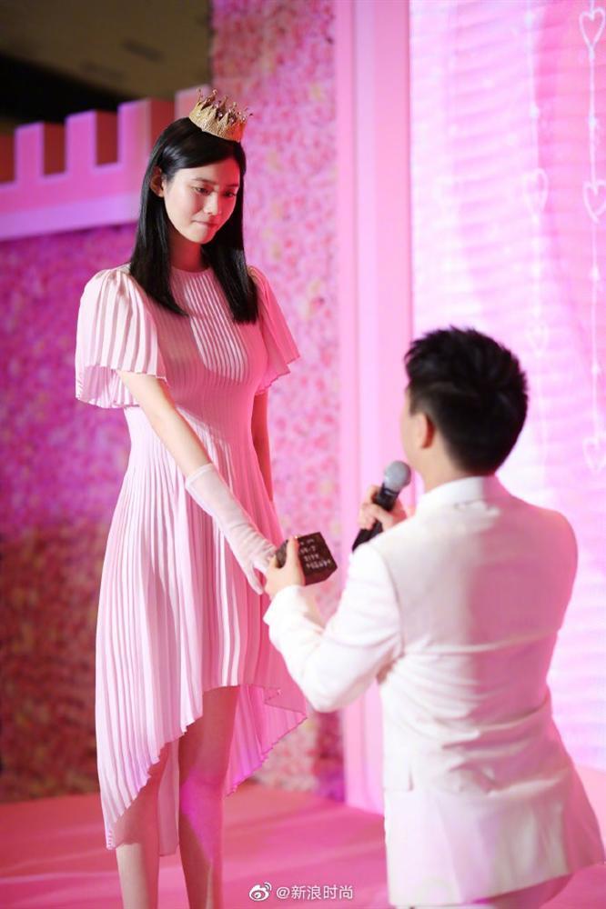 Con trai ông trùm sòng bạc Macau cầu hôn bạn gái hơn 6 tuổi, nhẫn kim cương cỡ khủng gây choáng váng người nhìn-2