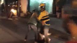 Clip: Tài xế xe ôm xông phi như phim chưởng đánh đồng nghiệp dã man trên phố, khách nữ đau chân vẫn lao vào can