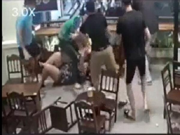 CLIP PHẪN NỘ: Cô gái đang mang bầu bị bạn trai túm tóc, tát tới tấp, đạp ngã ở quán cafe-1
