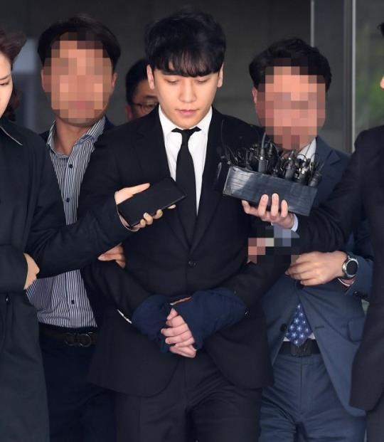 Seungri bị trói và còng tay khi rời tòa án, có thể ở tù 2 - 3 năm-2