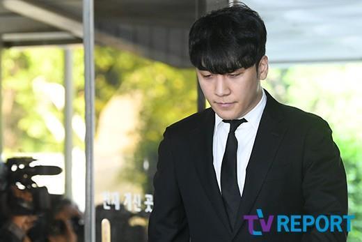 Seungri bị trói và còng tay khi rời tòa án, có thể ở tù 2 - 3 năm-3