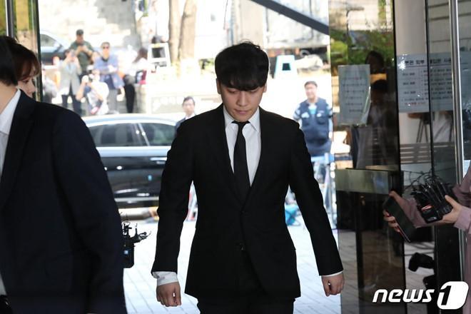 Seungri bị trói và còng tay khi rời tòa án, có thể ở tù 2 - 3 năm-6