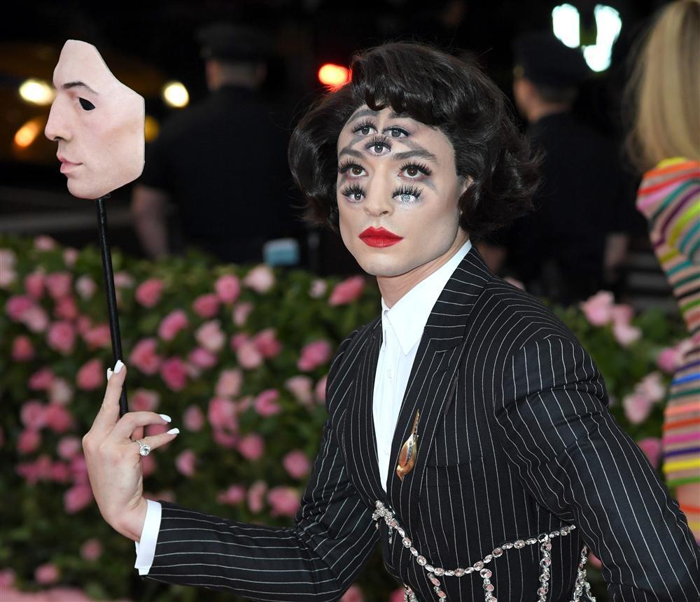Chủ nhân màn hóa trang ảo giác của Ezra Miller tại Met Gala sở hữu hàng nghìn tác phẩm trang điểm đẹp đến rùng rợn-3