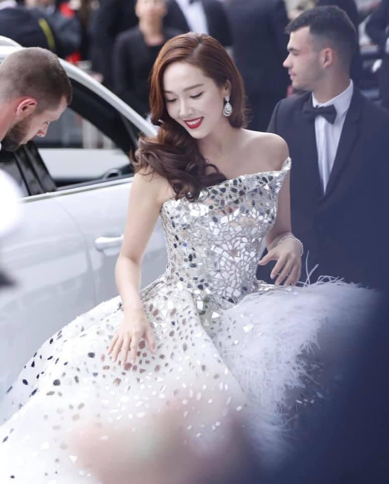 Jessica Jung mất điểm vì gương mặt bự phấn dù mặc đầm như một nàng công chúa trên thảm đỏ LHP Cannes 2019-1