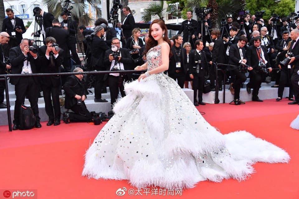 Jessica Jung mất điểm vì gương mặt bự phấn dù mặc đầm như một nàng công chúa trên thảm đỏ LHP Cannes 2019-8